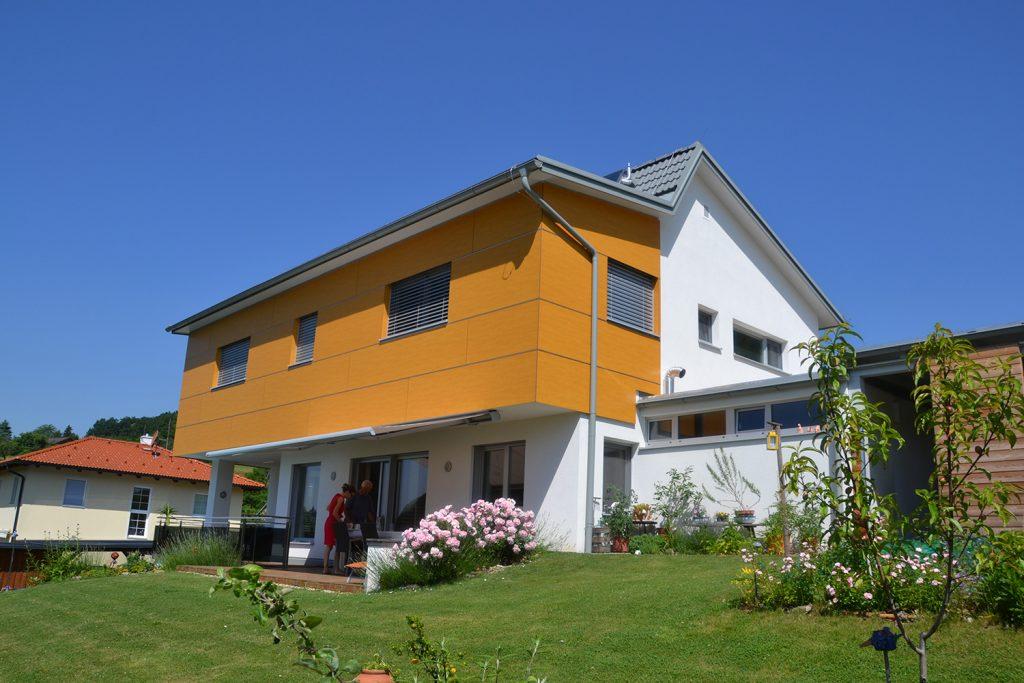 Das Beitragsbild des Pultdachhaus in Feldbach Lieb Massivhaus zeigt ein Ziegelmassivhaus mit versetzem Pultdach.