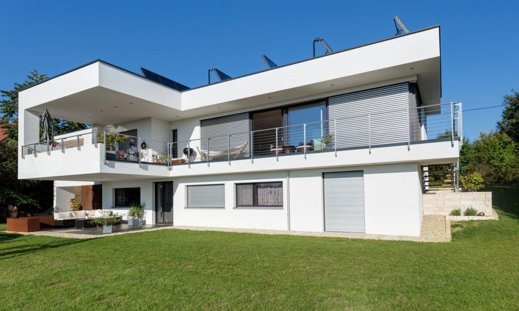 Das Flachdachhaus in Lambach zieht sich über zwei Stockwerke und ist im schlichten Design gehalten.
