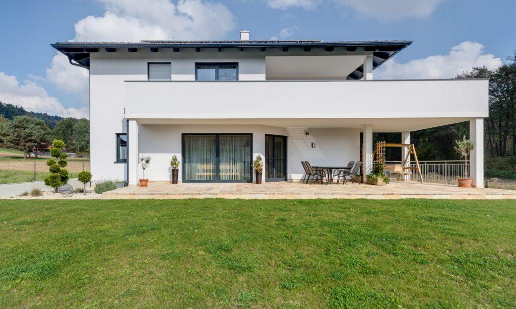 Lieb Massivhaus des Monats November Walmdachhaus in weiß mit großzügigem Balkon