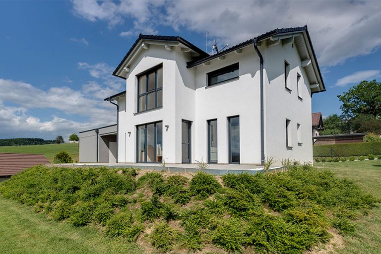 Modernes Einfamilienhaus mit zwei Wohnebenen in Massivbauweise mit Satteldach drittem Giebel